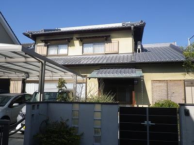 外壁 リシン吹付のお家です。 ひび割れが目立っています。屋根の漆喰の一部塗り替えも行ないます。